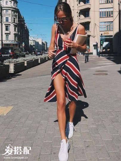 开叉裙+球鞋