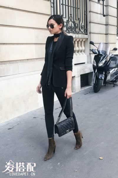 黑色背心+燕尾服外套+紧身丝巾+紧身牛仔裤
