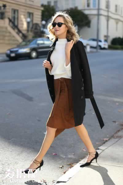 白色毛衣+绒面中裙+双排扣大衣